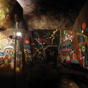 神話の熊襲一族が住んでいた洞窟にモダンアート