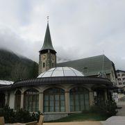 ガラス屋根のドーム型の建物はインパクトあります。