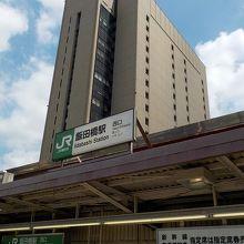 背景のビルの18階です。