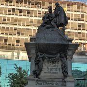 イザベル王妃とコロンブス像がある広場「イザベル広場」!!