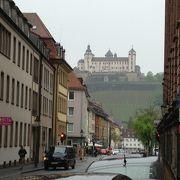 旧市街の対岸の丘に立つ要塞