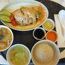 チキン、ご飯、スープとツアー特製のラクサもあります。