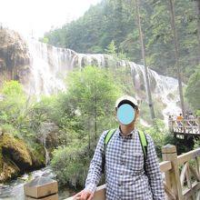遊歩道が滝の前に続きます