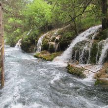 最後は滝の水を集めて勢いよく流れる川になっていました