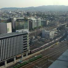 近鉄京都線の電車が出発したところです