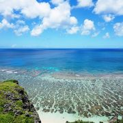 岩礁が良いアクセントになった浜