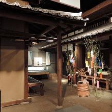 志茂の「水塚(みづか)」の母屋、物置の一部を再現しました。