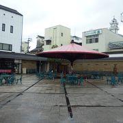 大きな赤い傘