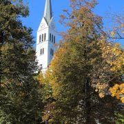 ブレッド城の麓の教会