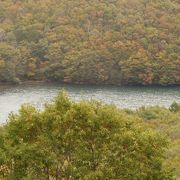 沼周辺の紅葉がきれい
