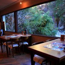 この窓から仙娥滝の上滝つぼへ落ちるところが見れます。