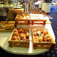 ブッフェ台のパンの数々