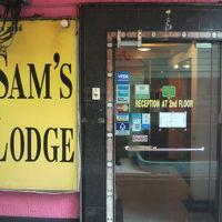 入口のガラス製のドアとドアの横に掲げられた標識の様子です。