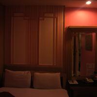 サムズ・ロッジの客室です。照明が暗いせいか、落ち着いています