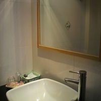 シャワー区画と一緒になっている洗面台です。綺麗な感じです。