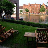 トラヴェ川に面した側の一階部分には、カフェやバーが数軒。
