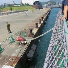 「あるかぽーと」の桟橋。向こうに海響館(水族館)が見える。