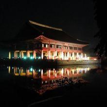 慶會楼もライトアップ、水面に映って幻想的