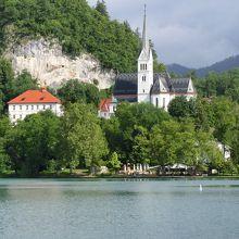 湖畔に佇む教会