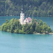 湖に浮かぶ小さな教会