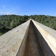 大きく長い橋の形で上を歩けます