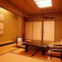 芦ノ湖棟の客室。掘り炬燵のお部屋が窓際にあります