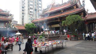 台北で最古とされる寺。久々に行ってみたが、相変わらず参拝客多し。