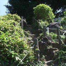 岩を積み重ねて、頂上まで合数の石碑が立っています