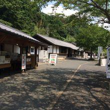 左の特産物の建物。その奥に志士像や歴史館があります