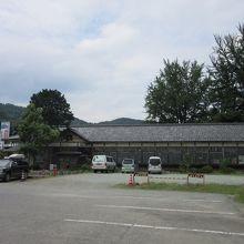 敷地内に廃校となった、昔の小学校があります。木造建築の趣のあ