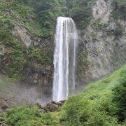 水量も多く立派な滝