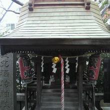 金丸稲荷神社の社です。左側に石柱の標識が見えます。