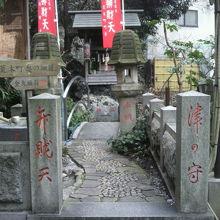 津の守弁財天の入口の様子です。奥に神社の社が見えます。