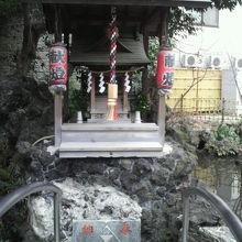 津の守弁財天の社です。右に見える池が、徳川家康の策の池です。