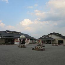 ゆとりある広さの広場