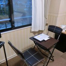 小さいテーブルがありますが、メイクをする、書物をするがギリ