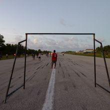 滑走路でサッカー