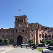 共和国広場に立つ重厚な建築物