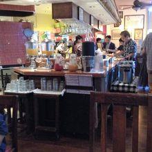 朝食会場は隣のビルのイタリアンレストランです
