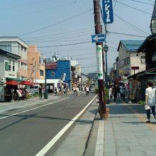 小樽側から商店街に向かう。この先まだまだお店が続く。