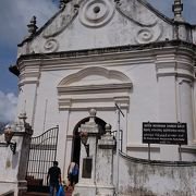 旧市街にある教会、植民地時代からの建物の床には墓石がびっしり