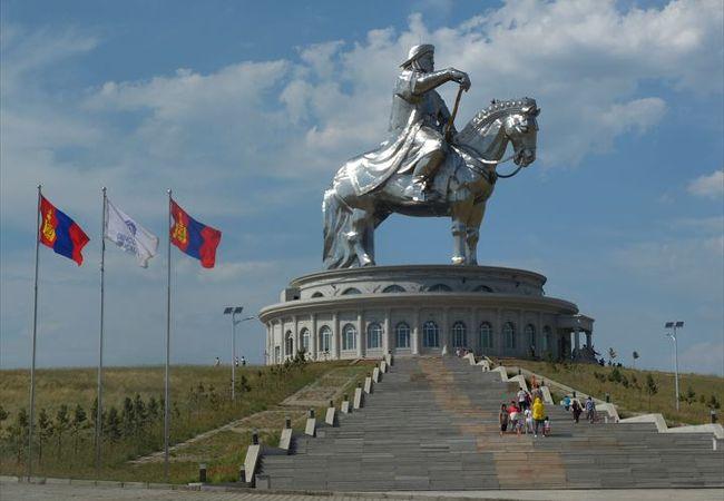 草原に突如現れる巨大なチンギス・ハーンの騎馬像