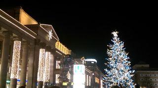 ぴかぴかクリスマスツリーとグルメ屋台