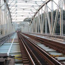 この鉄橋を渡って西改札方面に出ると、木曽川うかいへ