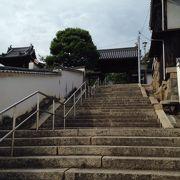 鶴形山トンネルの左に見えている長い階段の上