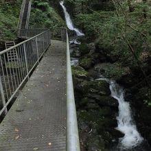 滝のすぐ横を橋と階段が通っている