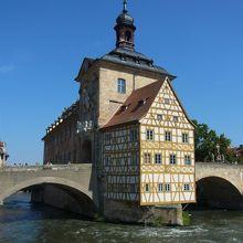 橋の上の市庁舎