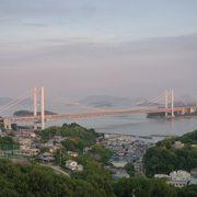 瀬戸内海の島々に架かって本州と四国とつなぐ美しい橋