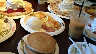 ビックリサイズのホットケーキとエッグベネディクト