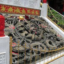 階段の真ん中にある彫り物